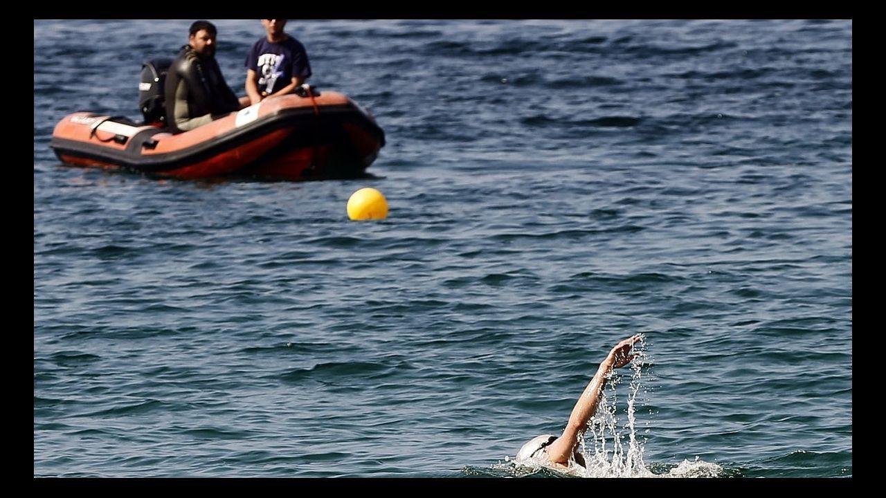 Un aspirante a los puestos de socorrista realiza una prueba de selección en la playa de Rodeira