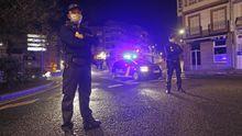 Dos policías nacionales, durante una patrulla nocturna por las calles de A Coruña en pleno estado de alarma