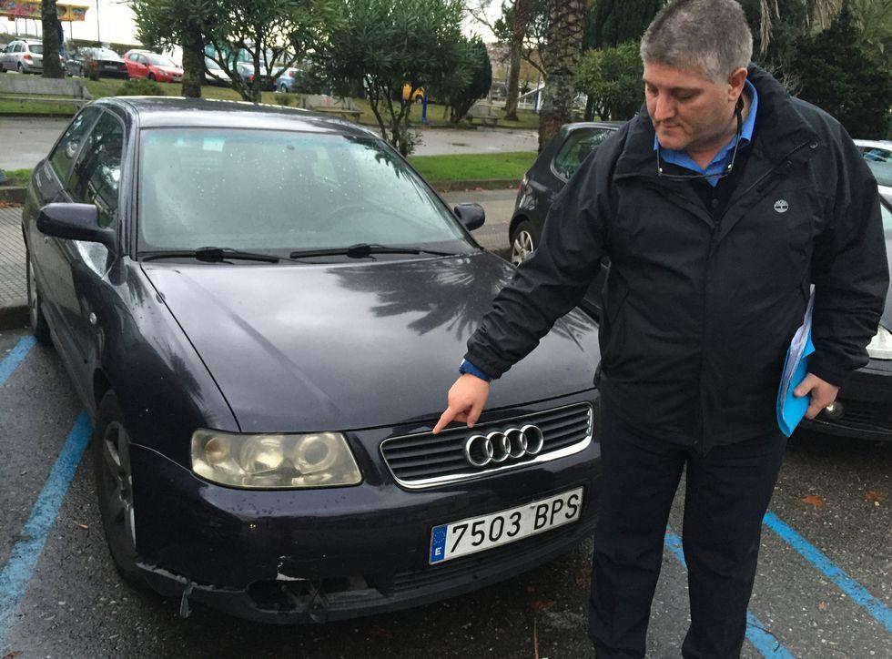 Víctor Manuel Fernández Pérez muestra los daños sufridos por su automóvil tras el atropello.
