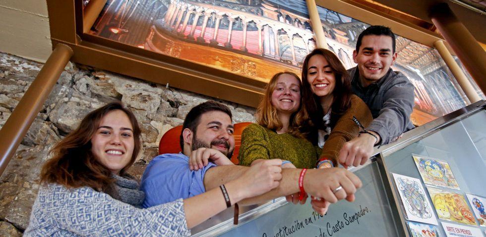 Unicef lanza una campaña para sensibilizar sobre los refugiados.Marta Caeiro, Ángel Rey, Isabel Rey, Alba Martín e Iago Souto, ayer, con las pulseras que usaron para la campaña de Unicef.