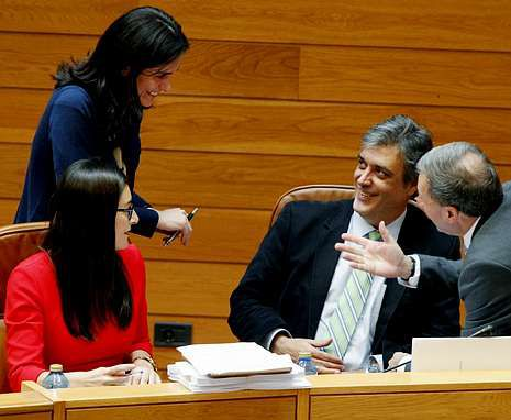 Prado (de pie), hablando con Puy (sentado a la derecha) en un pleno del Parlamento.