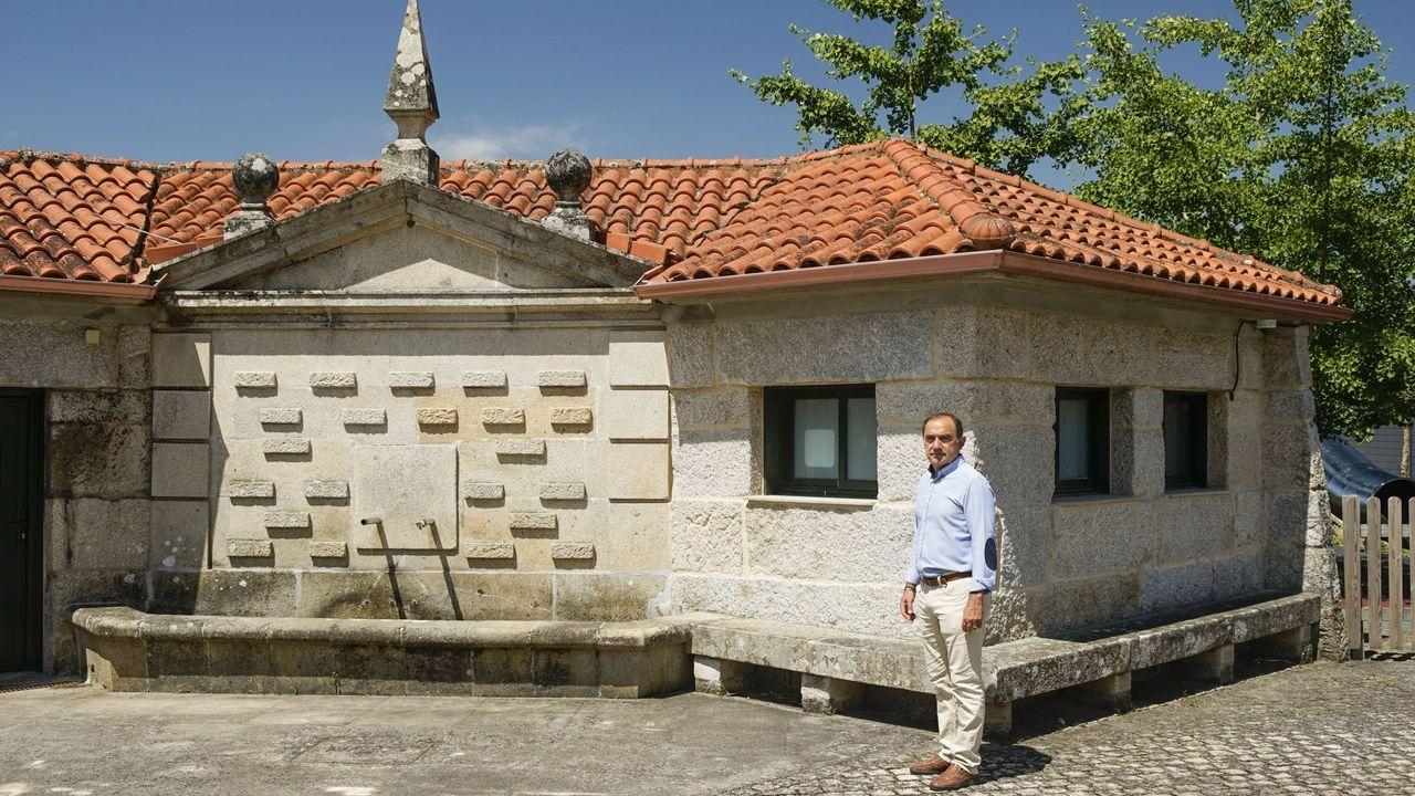 Rodrigo Aparicio, alcalde de A Arnoia, ante una de las ubicaciones propuestas a la Fegamp