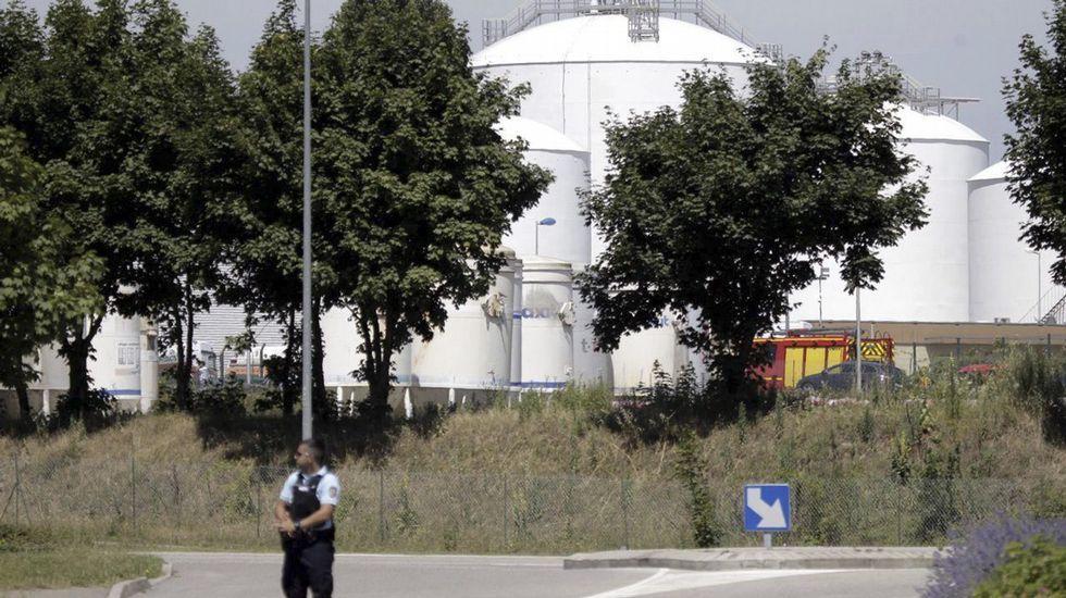 El primer ministro francés, Manuel Valls, ha ordenado reforzar la seguridad y la vigilancia en torno a las instalaciones sensibles del país después del presunto ataque islamista que se ha producido en Saint-Quentin Fallavier.