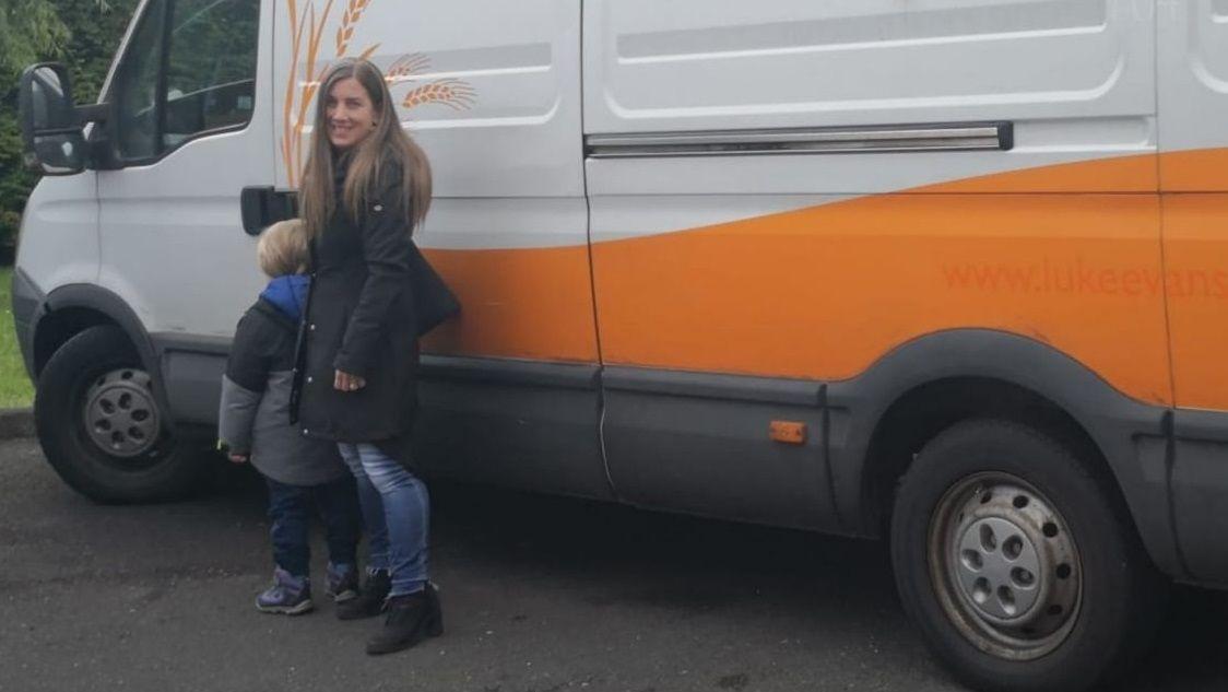 Aída y su hijo, junto a la furgoneta en la que hicieron el viaje