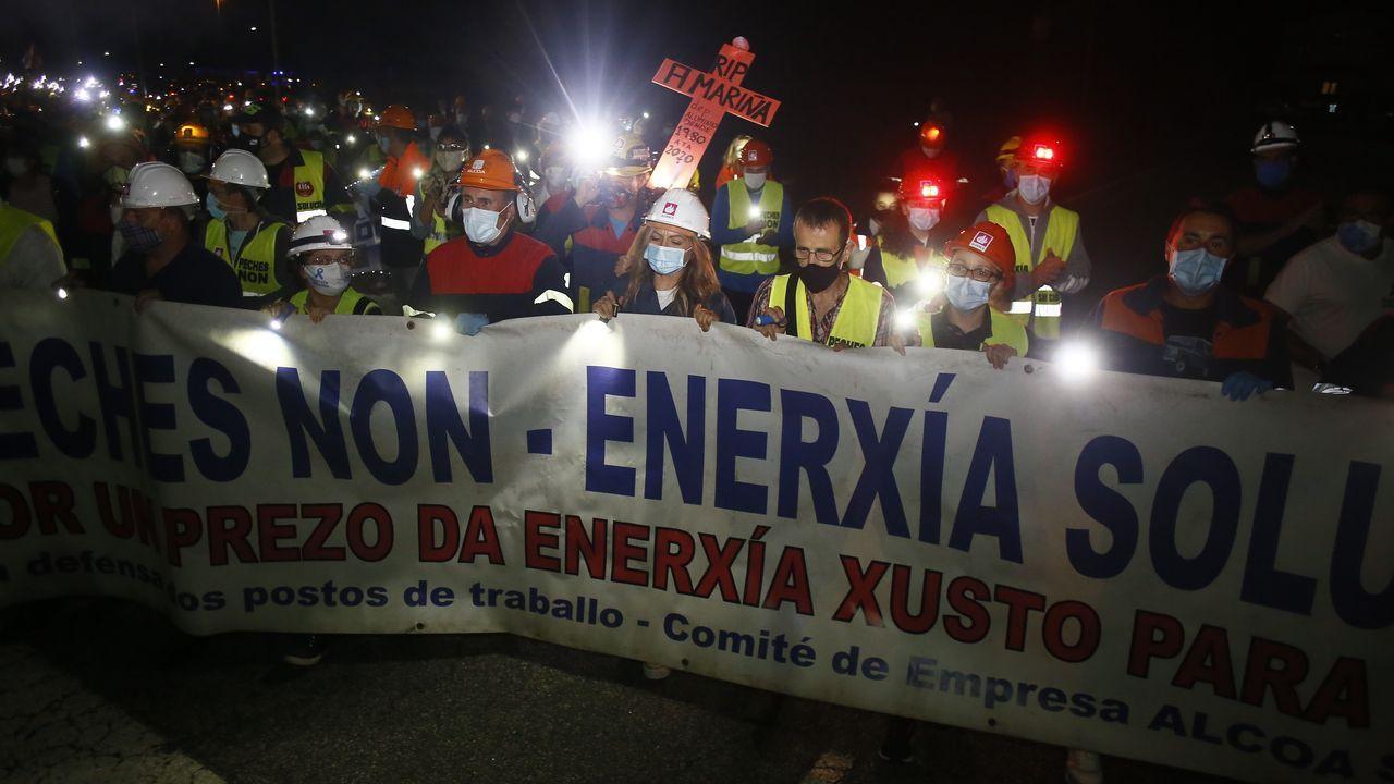 Trabajadores de Alcoa cortan la A6 en ambos sentidos para reivindicar la permanencia de la factoria de aluminio en San Cibrao.La desaparición del mineral en la dársena exterior deja casi vacía la superficie de descarga