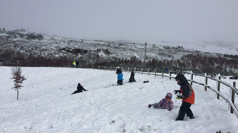 Así se vive el invierno en un hotel a 1.800 metros de altitud.Niños jugando en la nieve