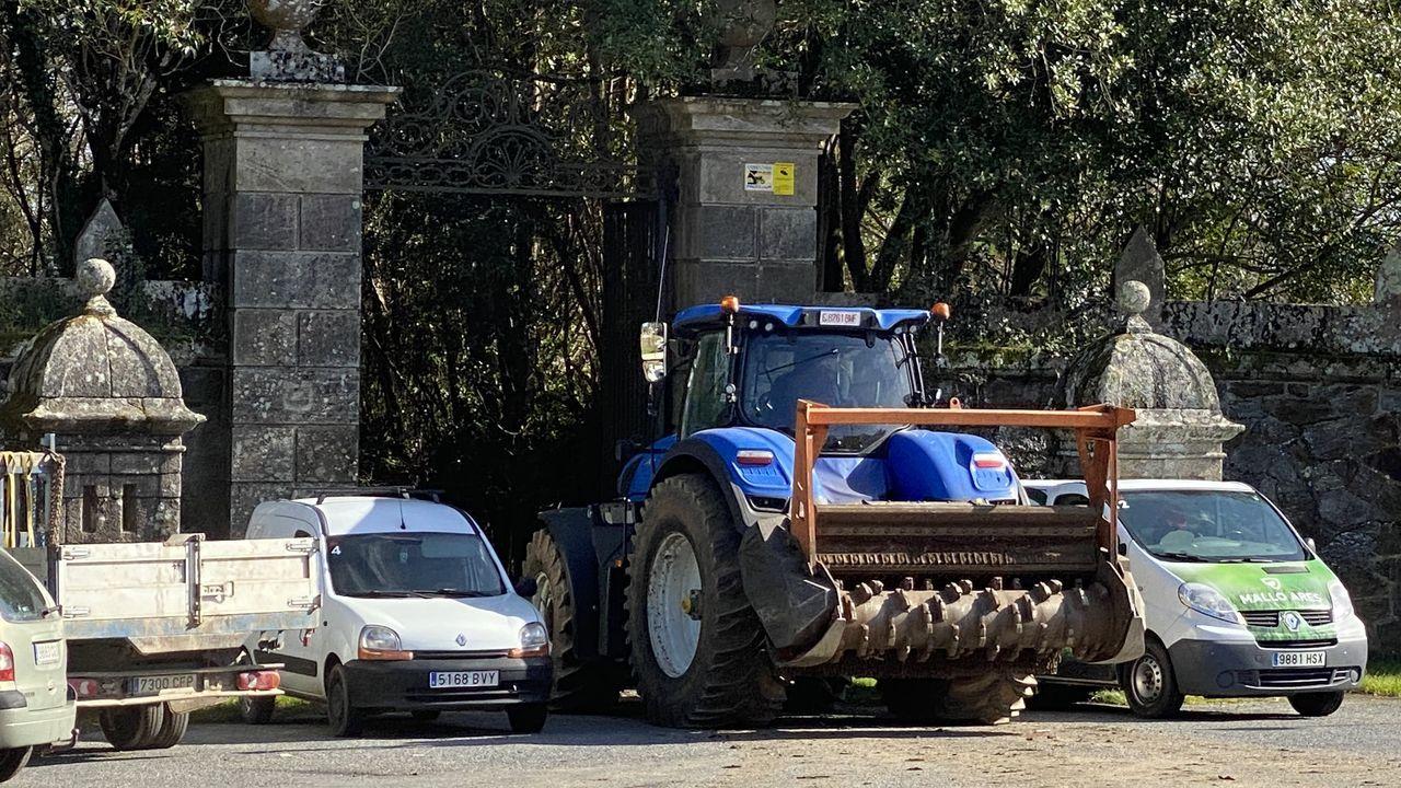 Homenaxe a República no monumento das Rosa Rotas en Vilagarcía.Un tractor de grandes dimensiones entrando en el pazo de Meirás el pasado viernes para la realización de obras de acondicionamiento