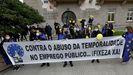 Trabajadores temporales de la Administración, en una protesta ayer ante la Delegación del Gobierno de Galicia, en A Coruña, denunciando la precariedad