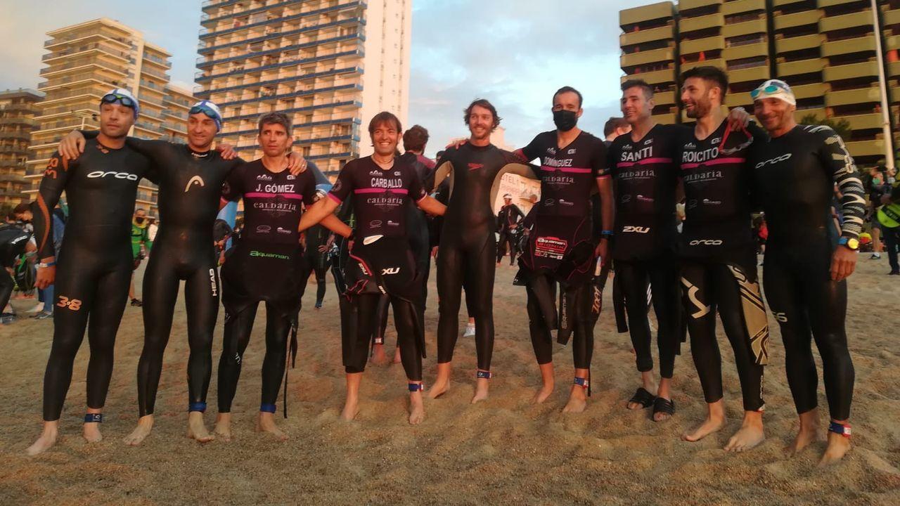 Los integrantes del club Triourense antes del comienzo de la prueba de natación