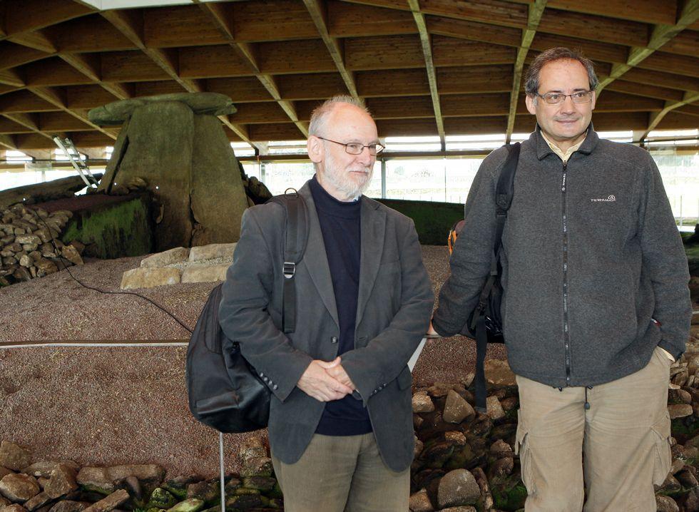 El arqueólogo británico Chris Scarre acompañado por Felipe Criado.