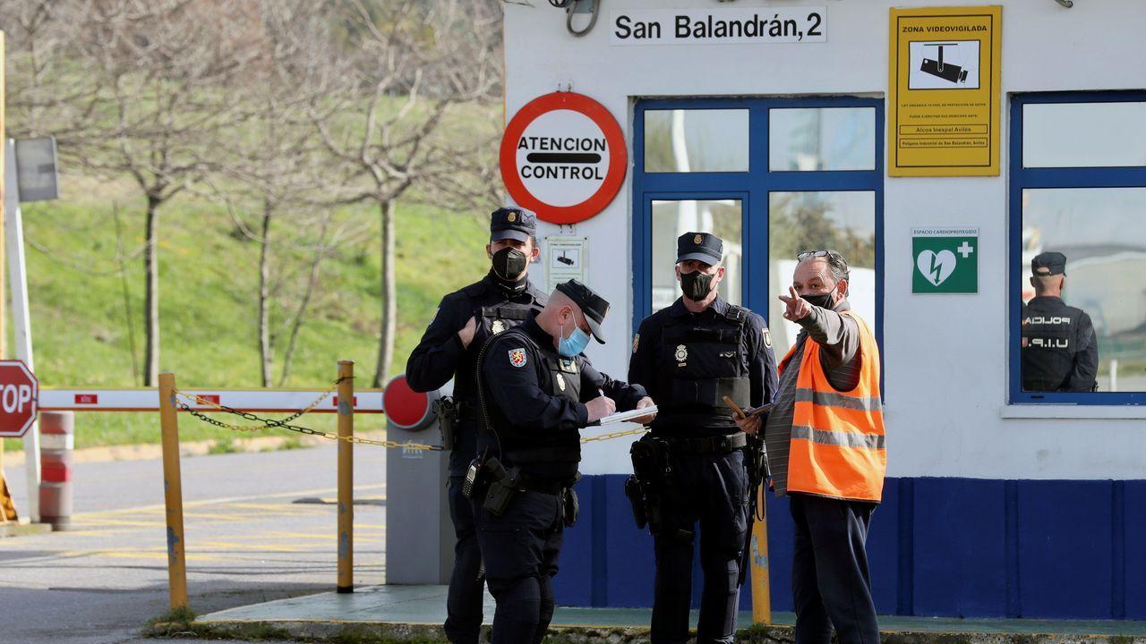 La Policía Nacional registra las instalaciones de Alu Ibérica en Avilés