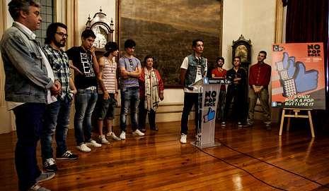 Suede ya está en A Coruña.Integrantes de los grupos teloneros, en la presentación.