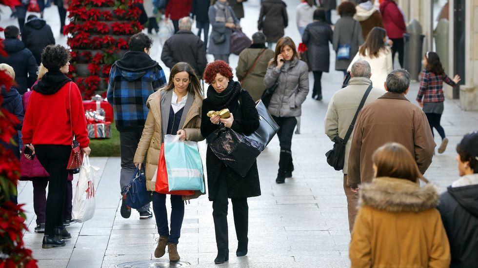 Gente de compras por la calle Príncipe, en Vigo.