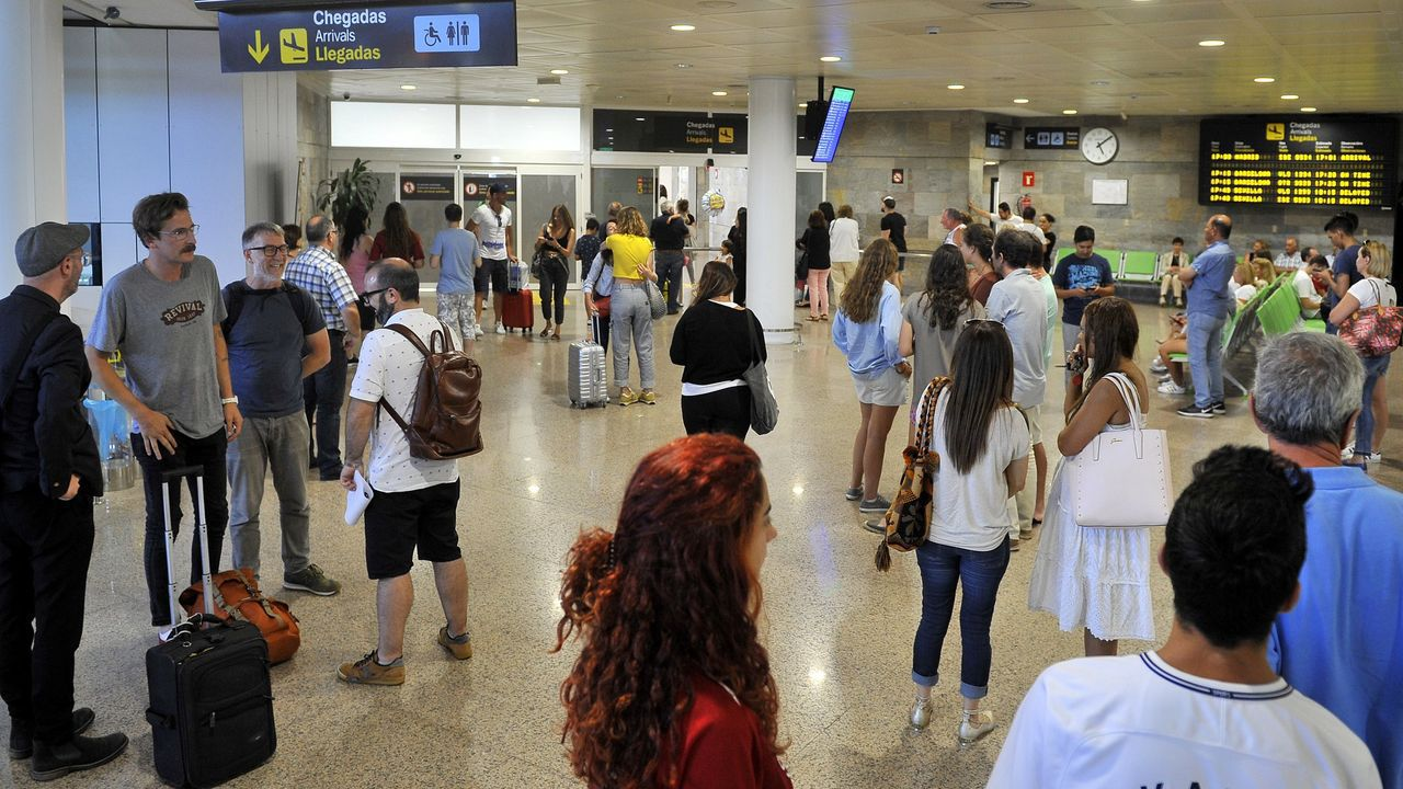 Llegada al aeropuerto de Alvedro de los pasajeros del vuelo procedente de Madrid.Aeropuerto de Peinador, vacío