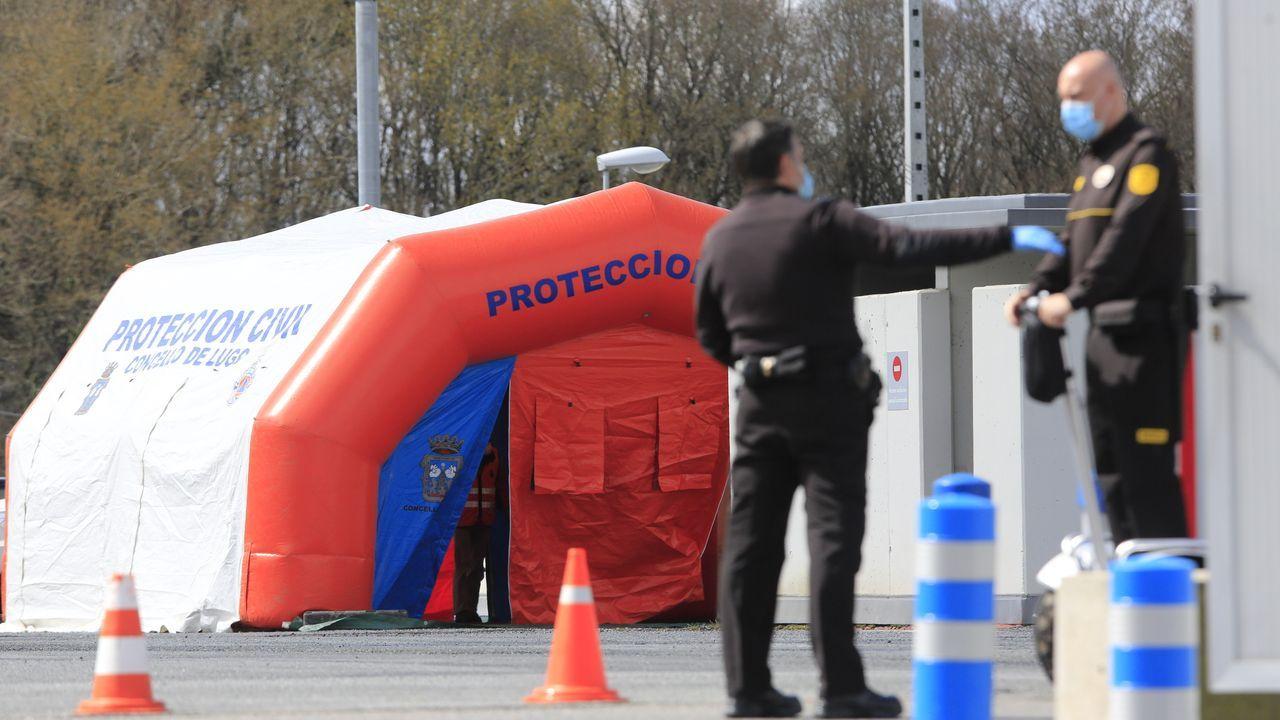 Protección Civil instala en el parking de urgencias del Hula una estación de desinfección de vehículos sanitarios