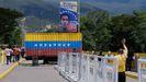 La gente pasa cerca del contenedor que bloqueaba el puente fronterizo entre Venezuela y Colombia.