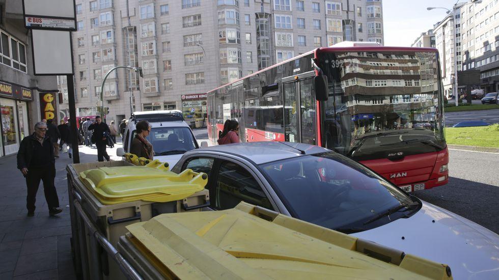 Coches aparcados en la parada de bus de la ronda de Outeiro a la altura de la avenida Finisterre