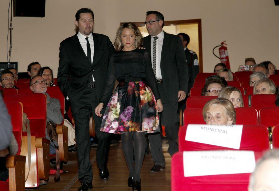 Los fondos artísticos del Torrente Ballester de Ferrol.Los dueños de Bambú, a su entrada en el coliseo Noela acompañados por el alcalde.