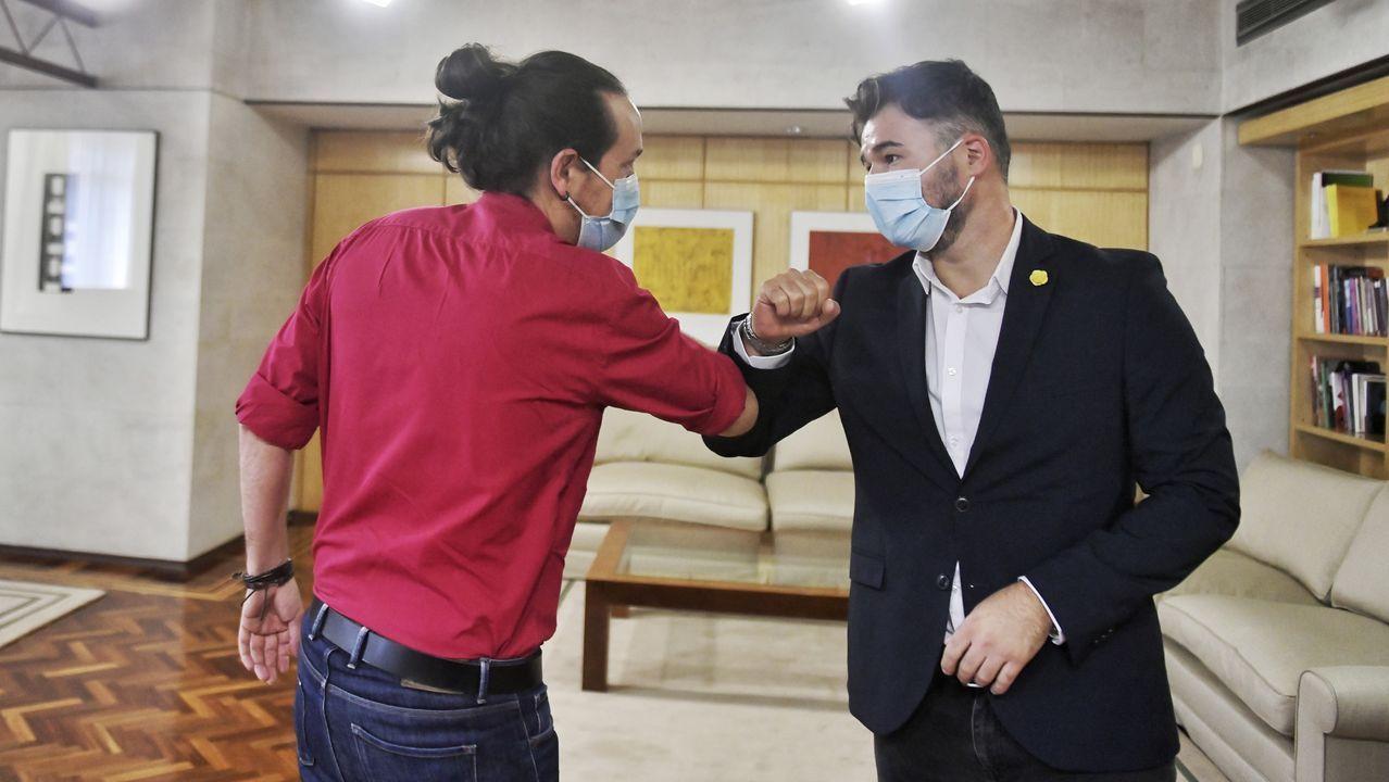 En directo |El Tribunal Supremo revisa la inhabilitación de Quim Torra.Pablo Iglesias saluda con el codo a Gabriel Rufián, antes de reunirse este jueves