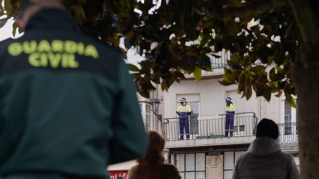 Fiesta de Entroido en el colegio Divina Pastora de Lugo.La Guardia Civil controlando que se cumplan las medidas de seguridad en Xinzo, donde unos vecinos no dudaron en disfrazarse de agente en su balcón