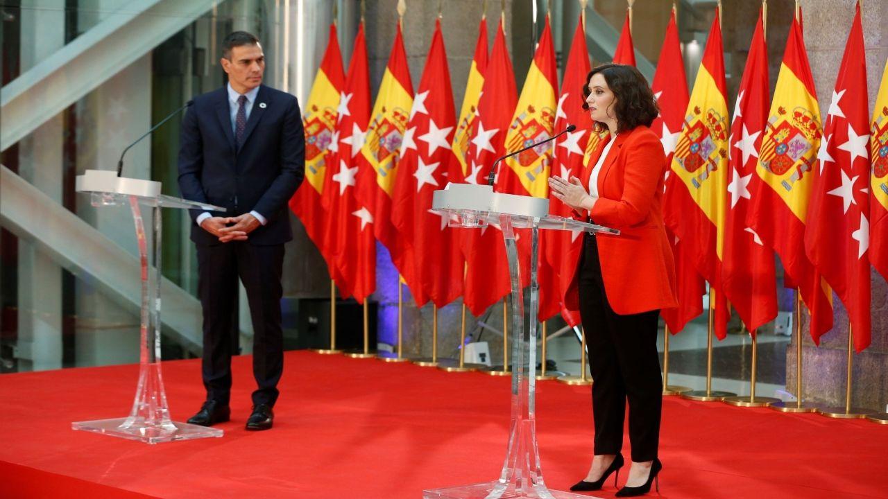 Pedro Sánchez junto a Isabel Díaz Ayuso en la sede del Gobierno regional de Madrid en septiembre del 2020