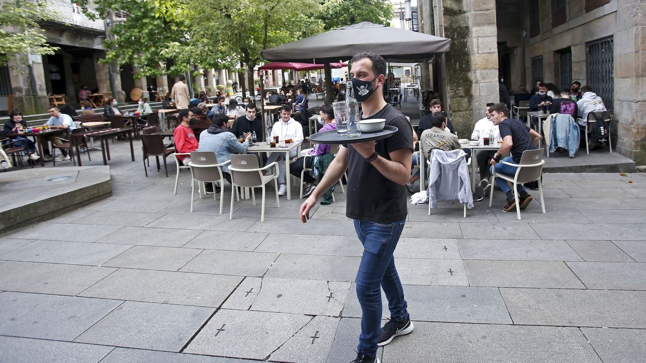Marín escoge a sus socorristas del verano.Un camarero sirviendo en las terrazas instaladas en la Praza da Verdura