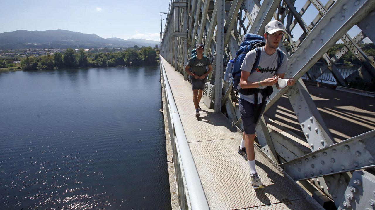 Adam y Martin, dos peregrinos checos en el Puente Internacional de Tui, comenzaron en Oporto