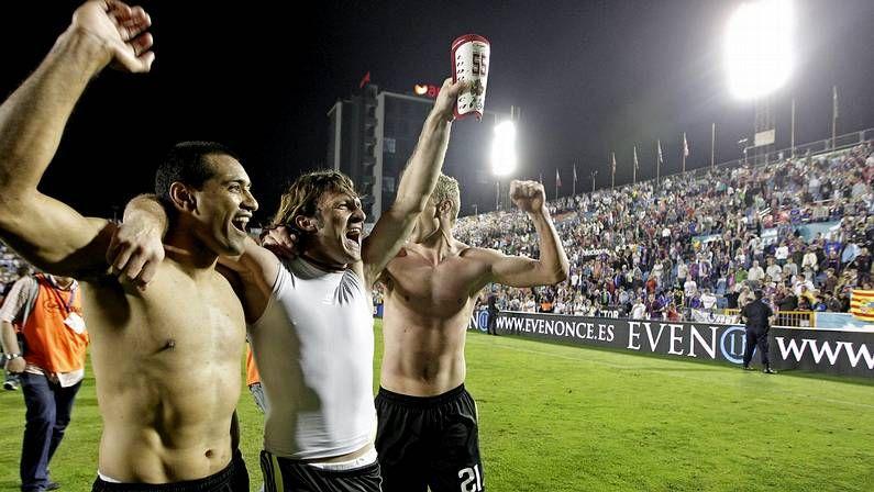 Jugadores del Zaragoza celebran la victoria en el 2011