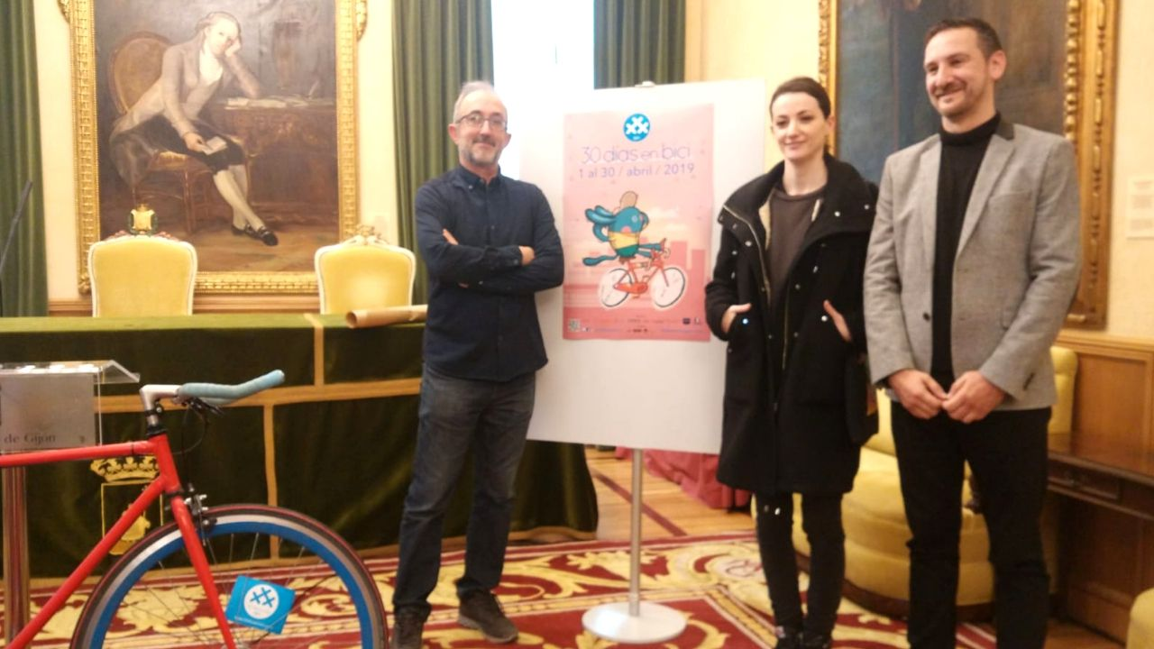Carlos Rodríguez, Lucía Astuy y Manuel Viña, ayer, en la presentación de las actividades de 30 Días en Bici en Gijón