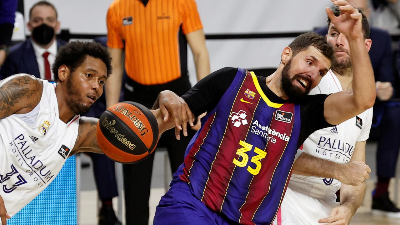 Tavares pelea con Salin por un balón