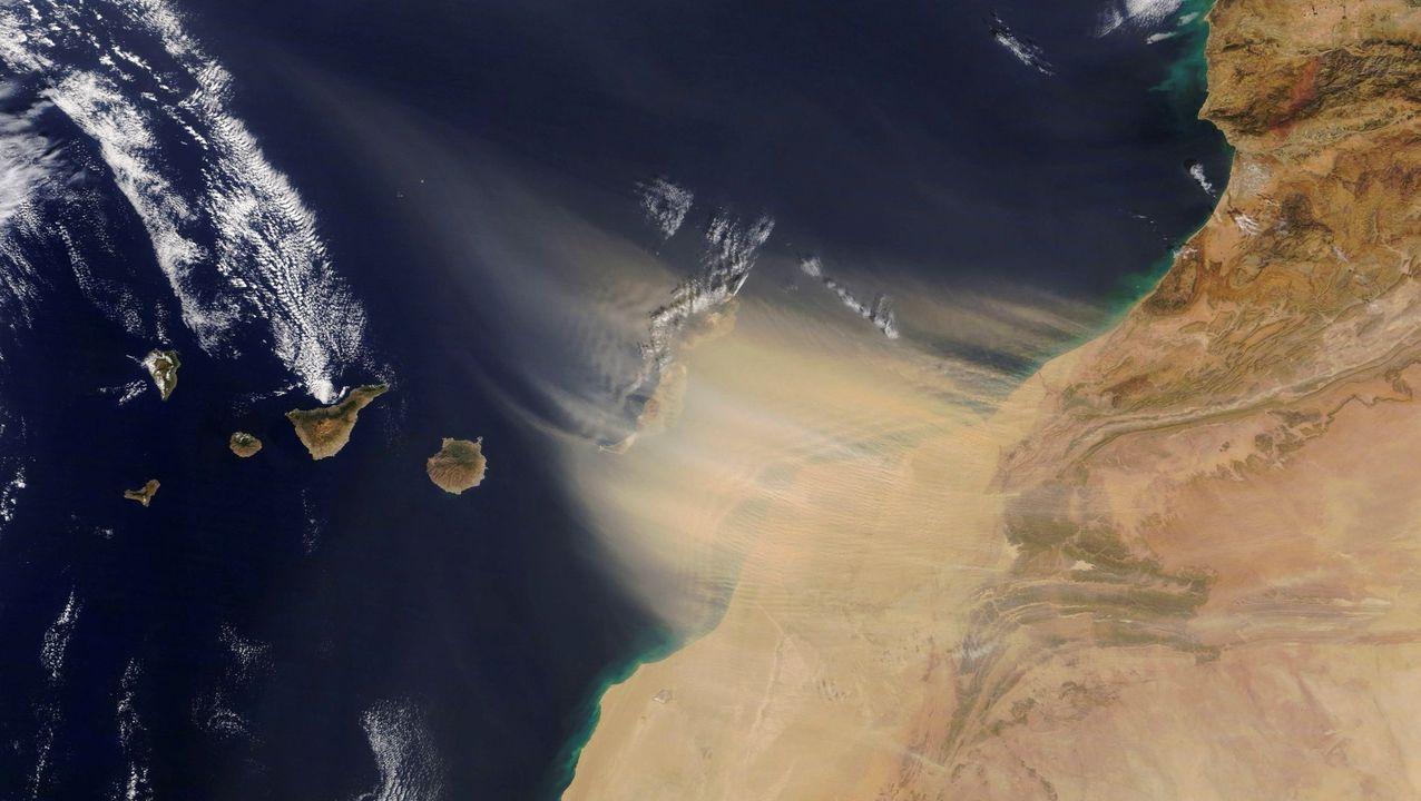 Peinador también desescala: llega el primer vuelo de Canarias.La densa y molesta calima (viento con arena en suspensión) procede del Sáhara