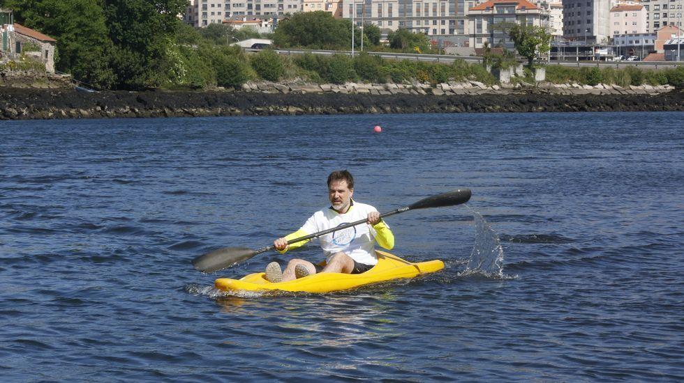 El candidato del PP, Jacobo Moreira, navegó en piragua por la ría de Pontevedra para escenificar su apuesta por abrir la ciudad al