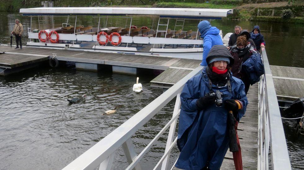 Así suelta agua el embalse más grande de Galicia.Desprendimientos en la N-120