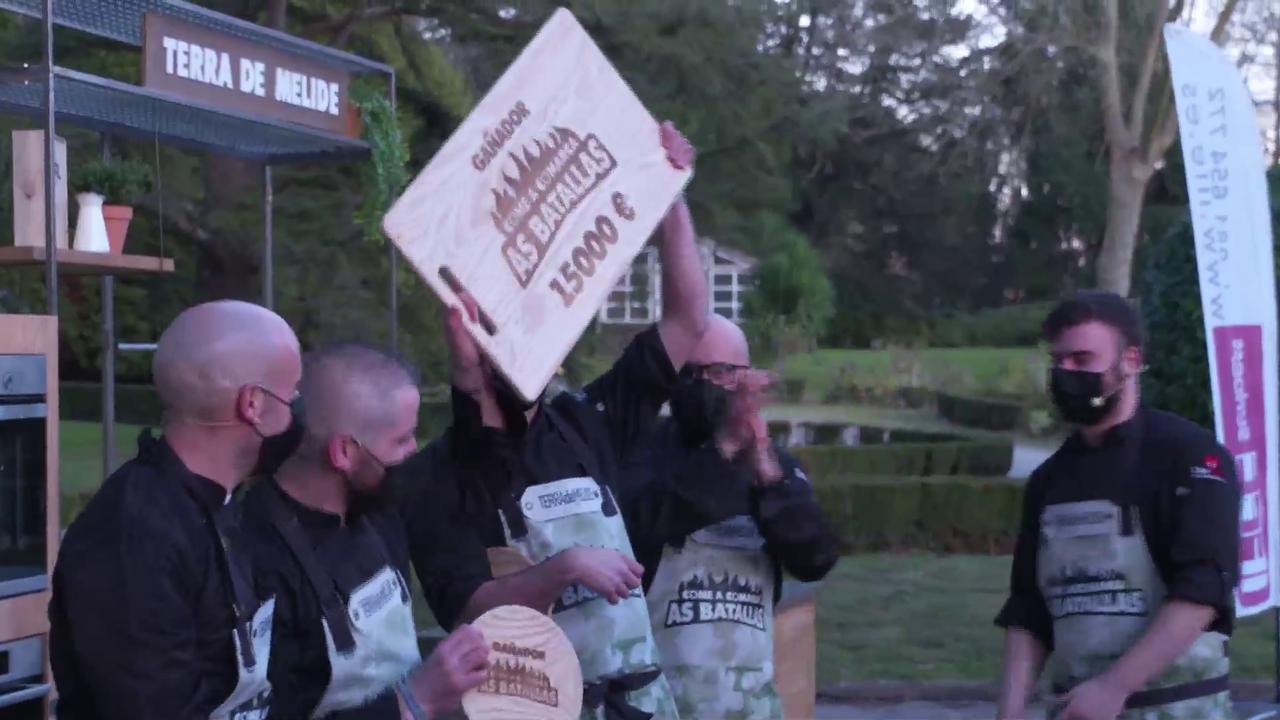 O equipo da Terra de Melide, coa táboa de cortar valorada en 15.000 euros que os acredita como gañadores da competición gastronómica da Televisión de Galicia