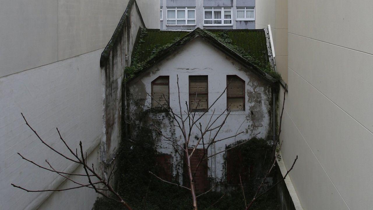 Derriban una casa ilegal en Vigo y dan nuevas vistas a los vecinos.Manuel Maldonado en Boiro, con vecinos de la zona, junto a la casa de su madre que fue okupada