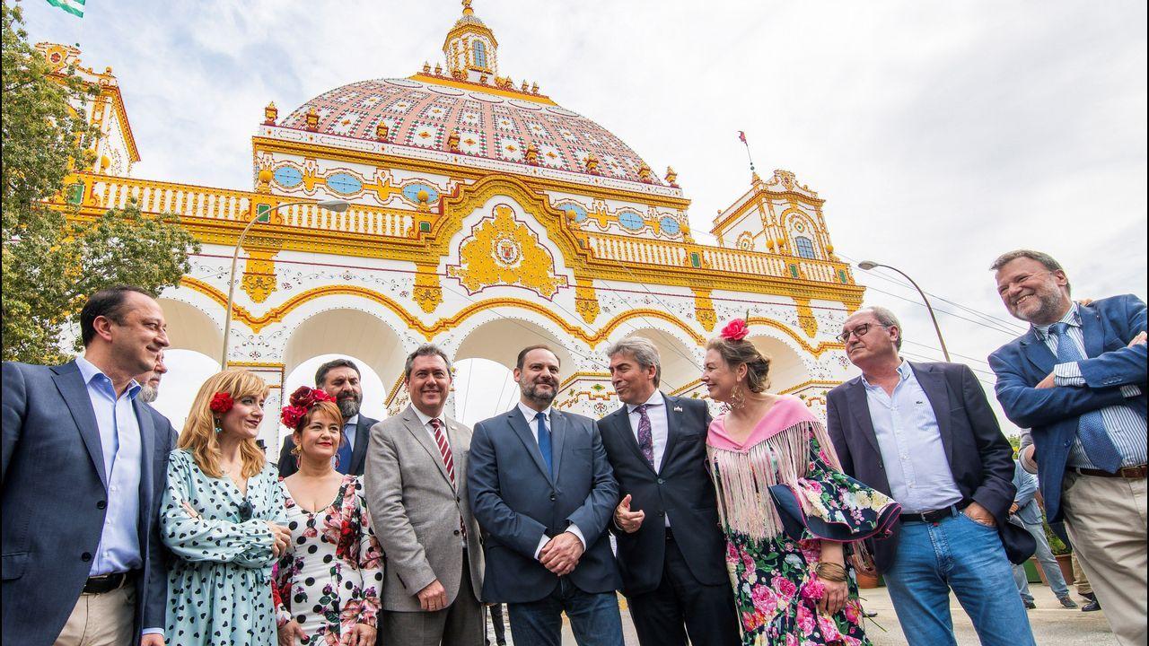 Ábalos, en el centro, tras visitar este lunes la feria de Sevilla