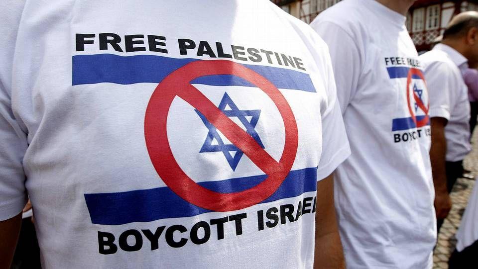Hannah Arendt.Manifestantes alemanes muestran camisetas a favor de un boicot contra los israelíes