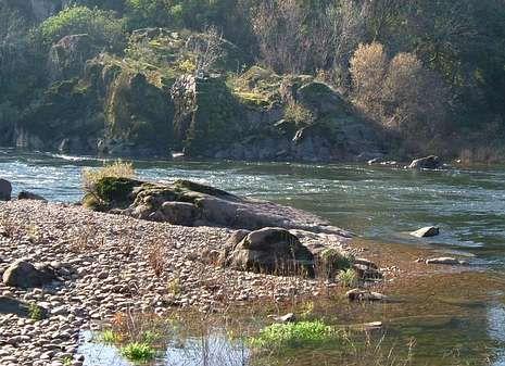 Solo en el curso bajo del Miño se documentaron 400 pesqueiras, como la de Chan de Vide (derecha), en la que se analizaron los sedimentos.