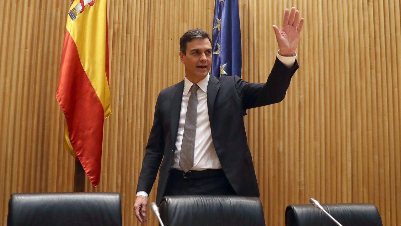 Pedro Sánchez escucha cómo Javier Fernández atiende a los medios de comunicación, durante una visita a Asturias.Pedro Sánchez