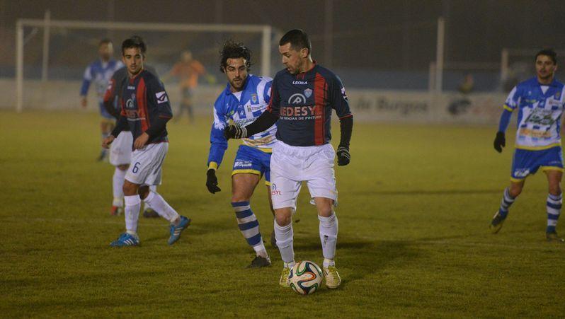 El coruñés Diego Vela vuelve al once para que el Racing aproveche su desborde en la banda derecha del ataque.