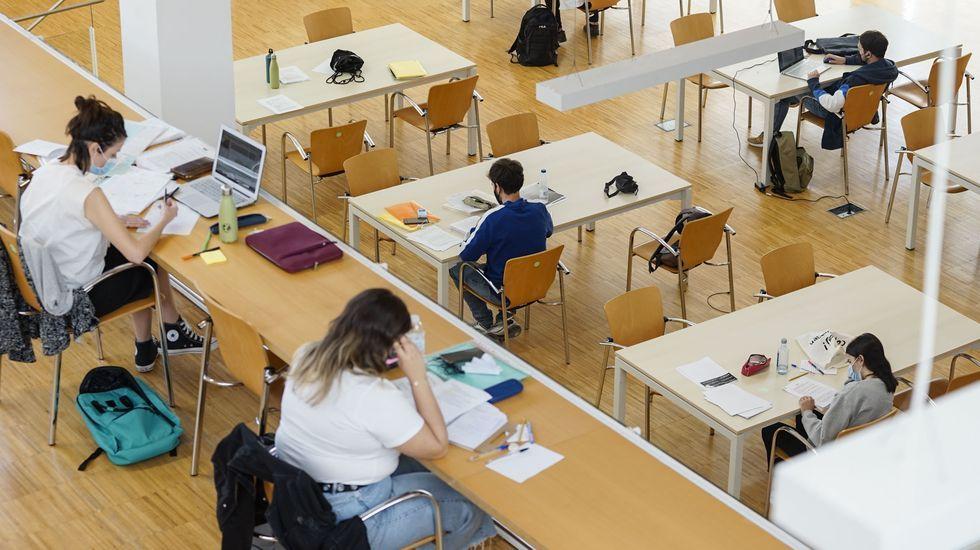 Estudiantes preparando los exámenes en una biblioteca en Ourense