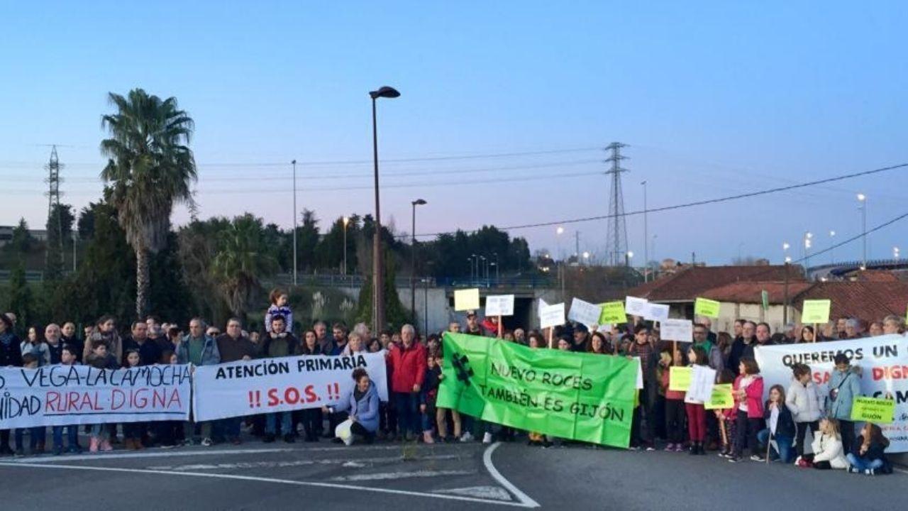 Centenares de personas para participar en la versión asturiana de «Un violador en el camino».Concentración de vecinos de Nuevo Roces y La Camocha