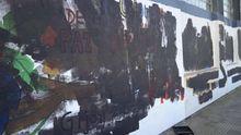Imagen de los murales de la Casa Sindical cubiertos de pintura negra