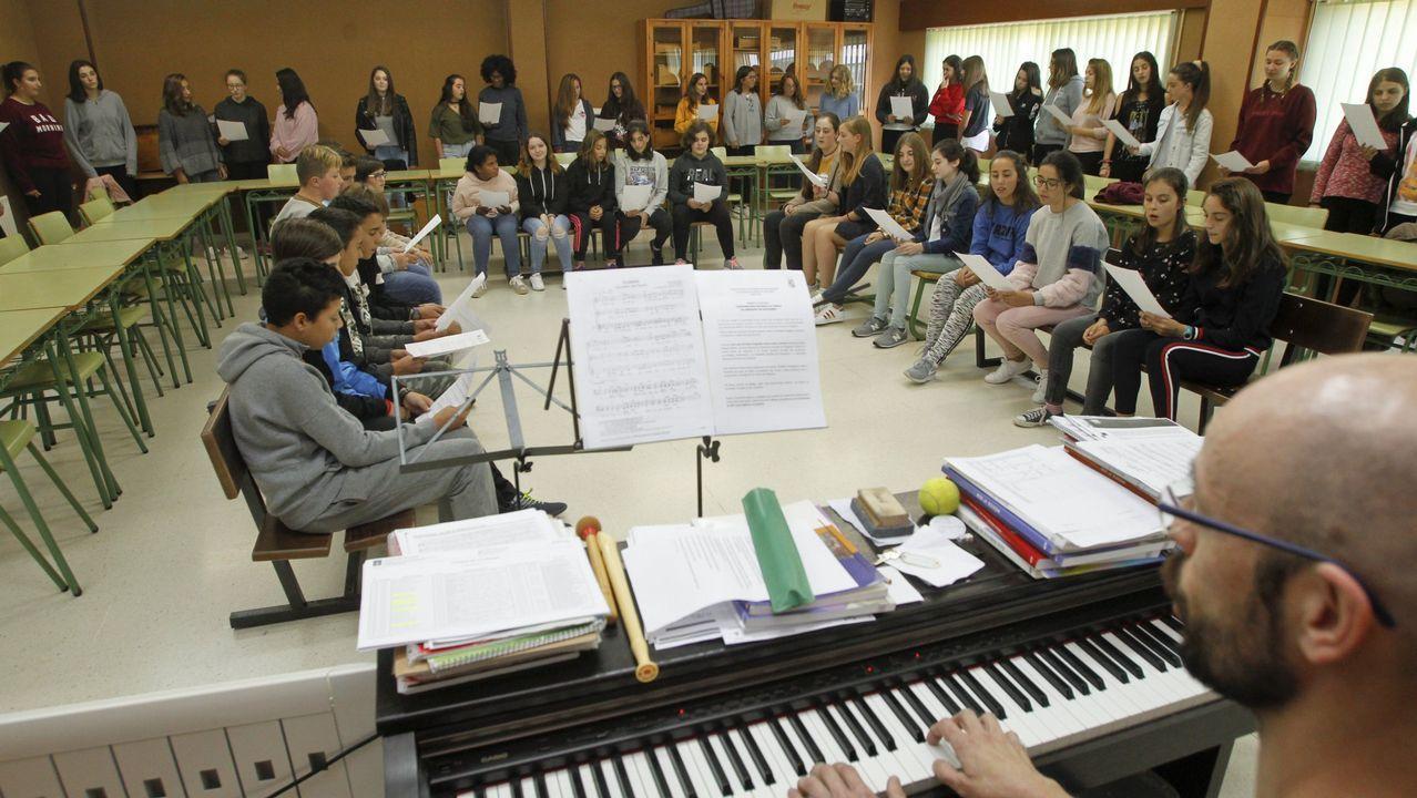 EL EXITO DEL CORO. El profesor de Música, José Antonio García Mato, reúne una vez a la semana al coro, y lo hace al mediodía, para que puedan asistir los estudiantes de todo el concello, no solo los que viven en la ciudad. Gracias a eso la mitad del grupo (sobre unos 30) son jóvenes de las parroquias.