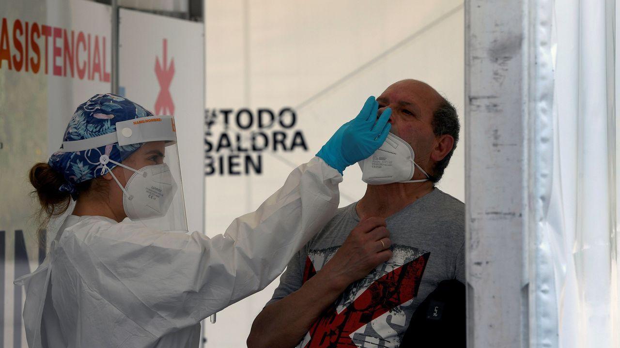 Una sanitaria realiza una prueba PCR en Gijón