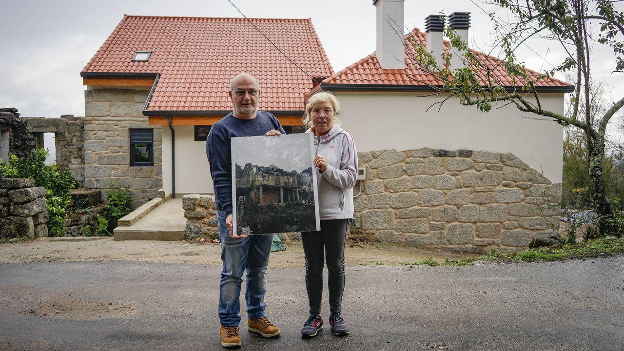 Incendio en unavivienda de Barreiros.Carmine y Elvira posan con una fotografía de su antigua vivienda