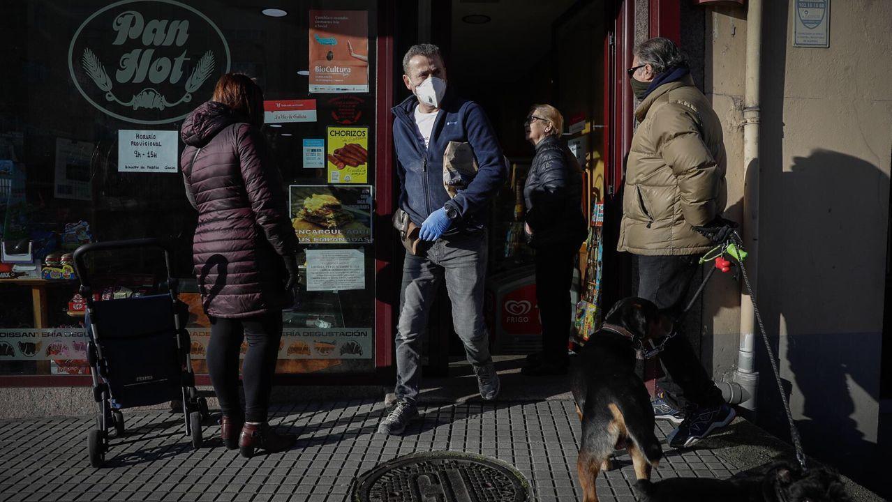 Gente comprando con mascarillas esta mañana