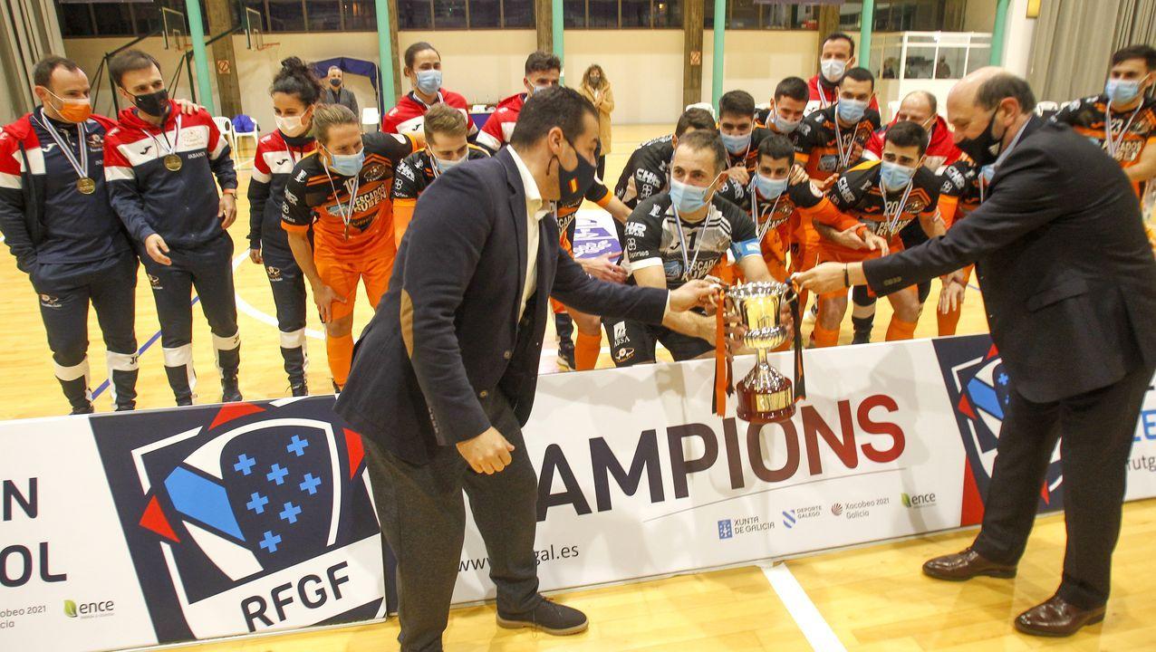 Edu, el capitán burelista, recibe la segunda Copa Galicia de la entidad mariñana