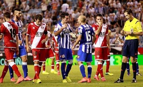 Toda la actualidad de la jornada de Segunda división.Laure dialoga con Isaac Cuenca antes de que este lanzase el penalti que supuso el empate frente al Rayo.