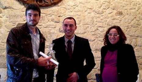 El premiado (izquierda) recogió el galardón de manos del alcalde.